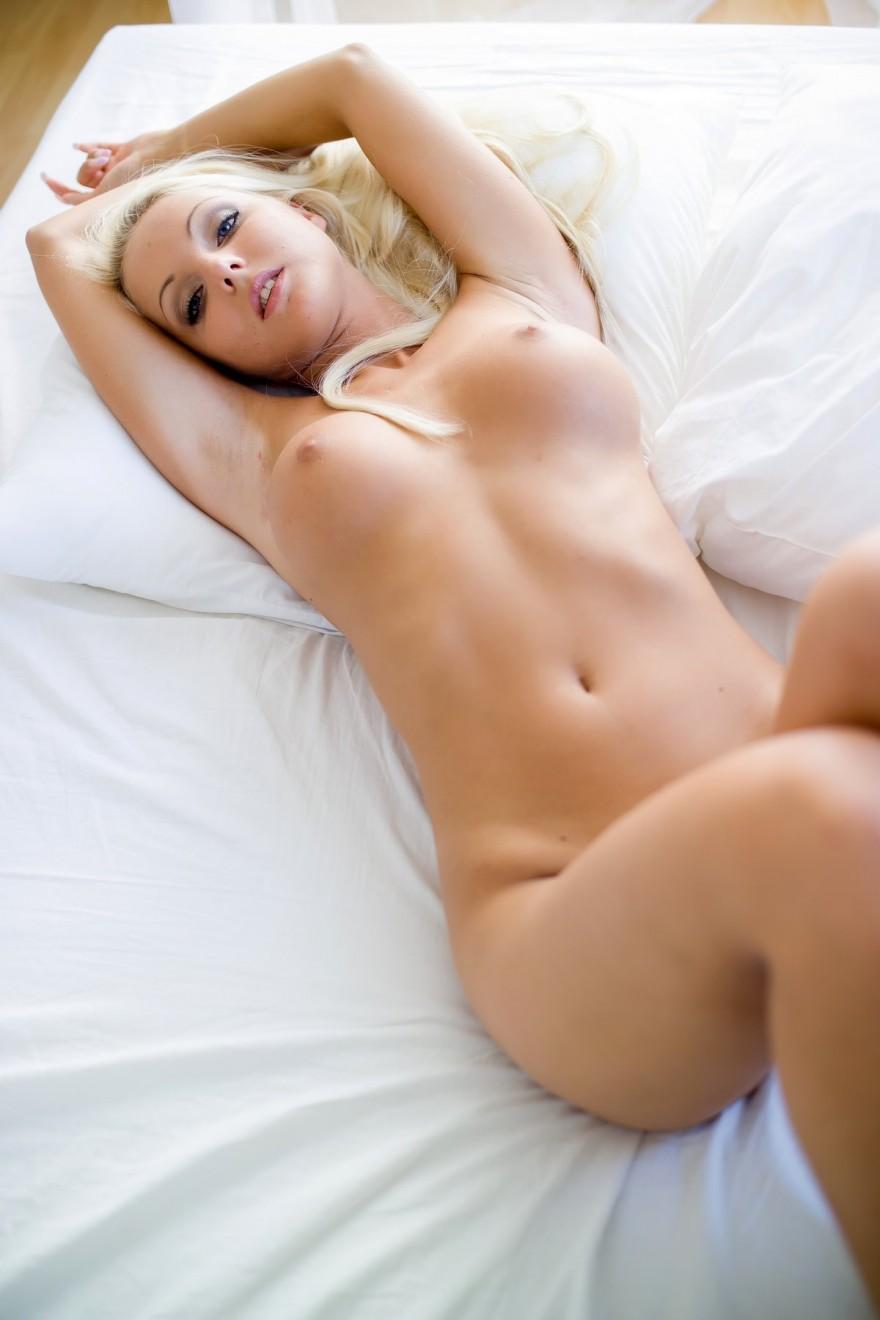 Красивые фото нежной голой блондинки Veronika