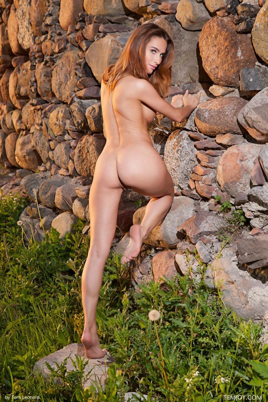 Откровенные НЮ модели возле каменной стены секс фото