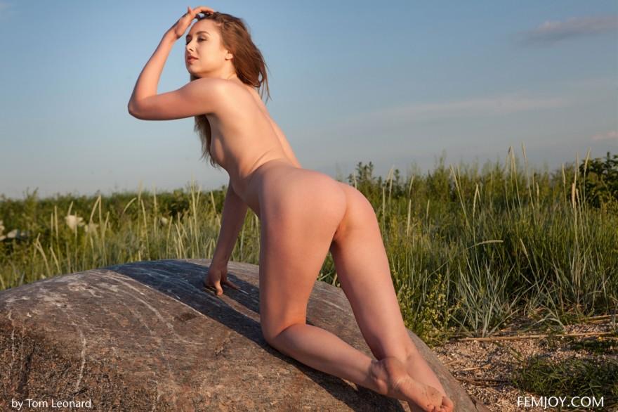 Обнаженка лохматой голой девушки в укромном месте