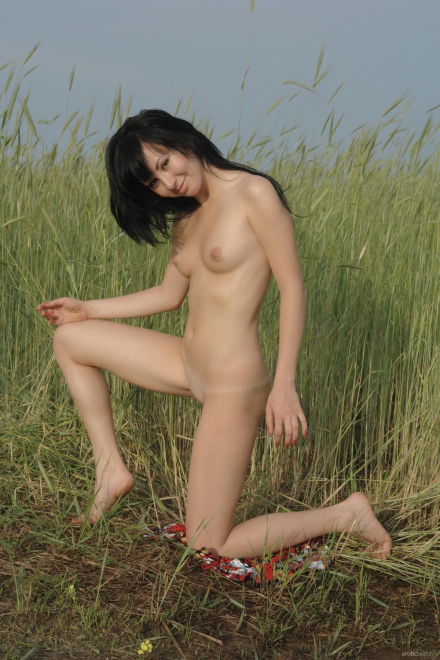 Обнаженная шлюха в поле - фото в безлюдном месте