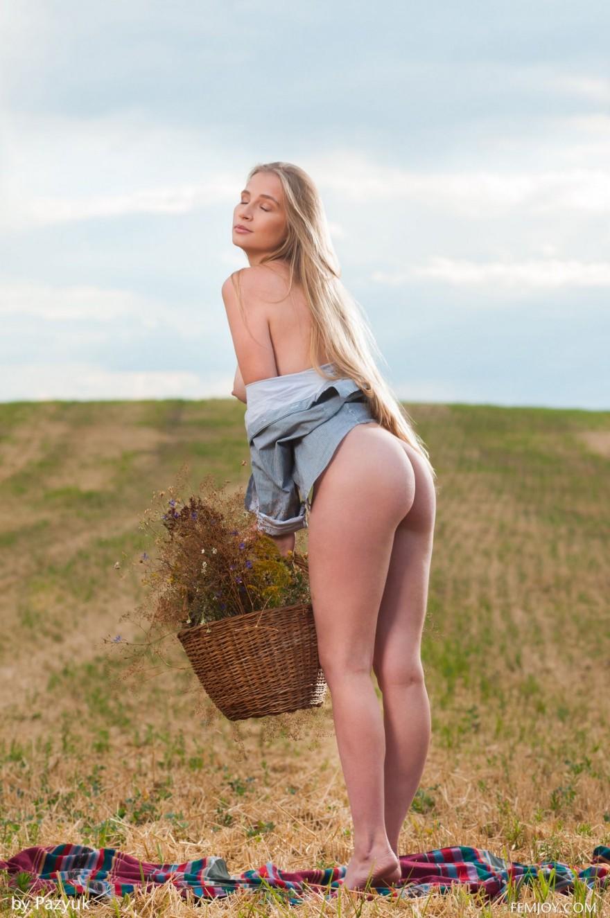 Фото интим блондиночки с шикрным бюстом в поле