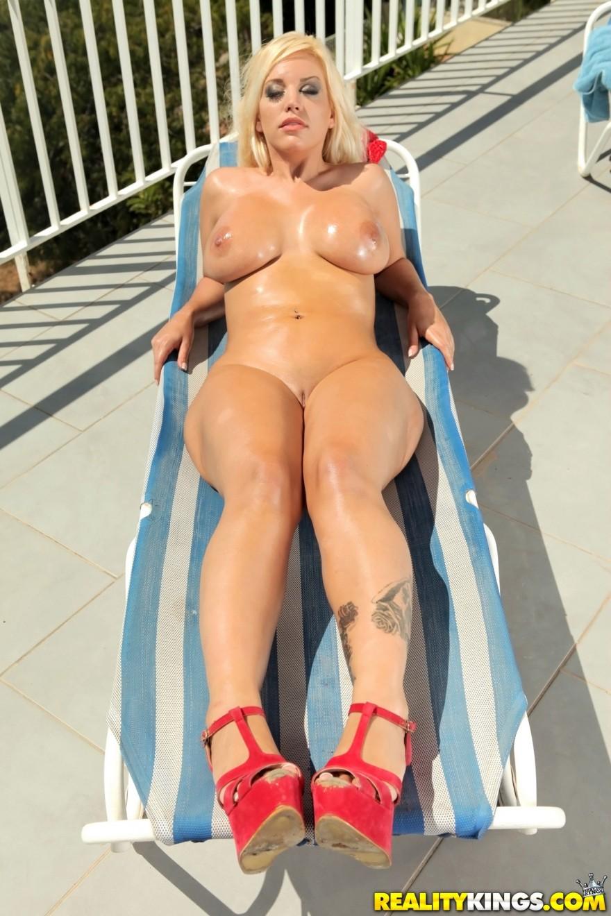 Супер-сексуальная модель в красном купальнике