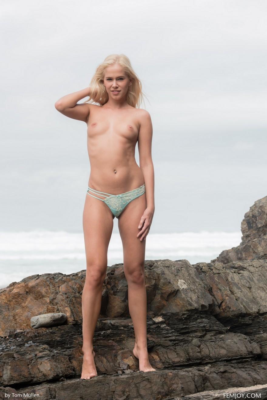 Светловолосая голая девушка на пляже