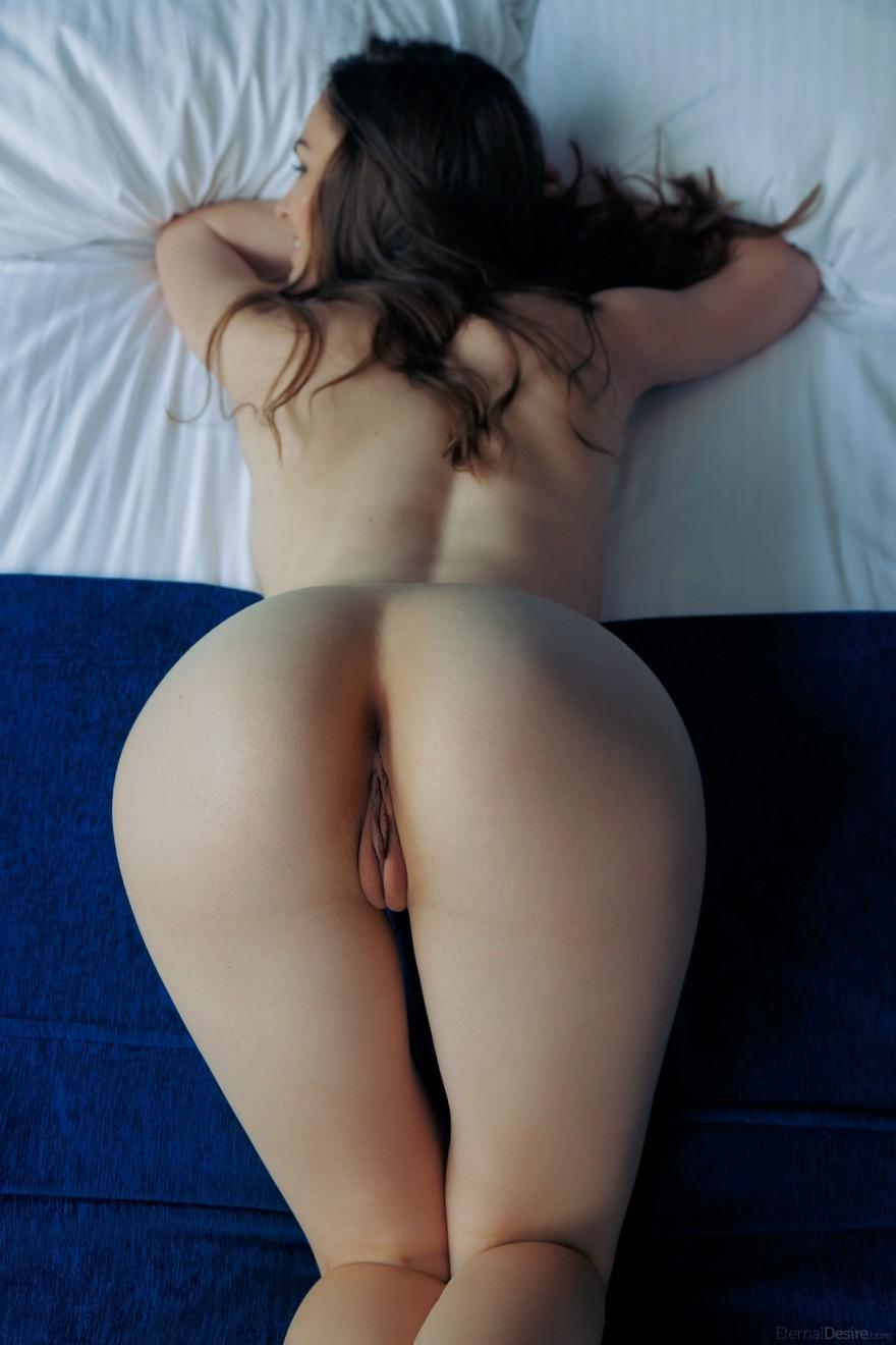 Сексуальные фотографии голенькой брюнеточки в лежанке