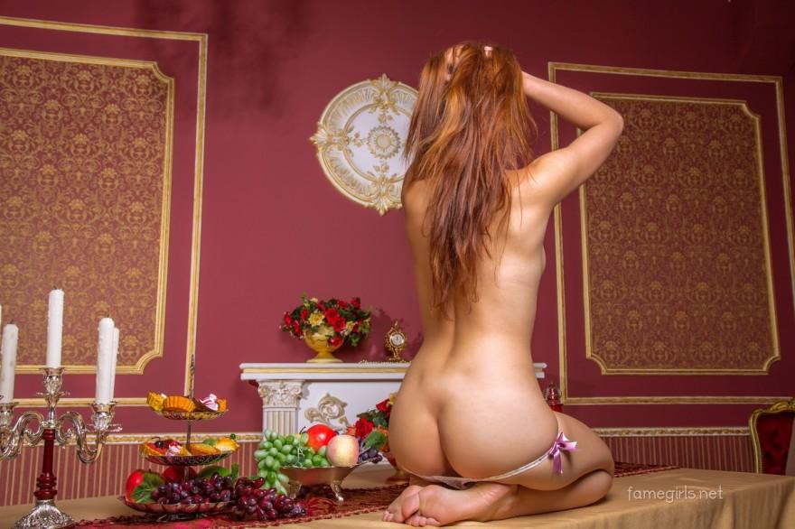 Голая модель на длинном кухонном столе