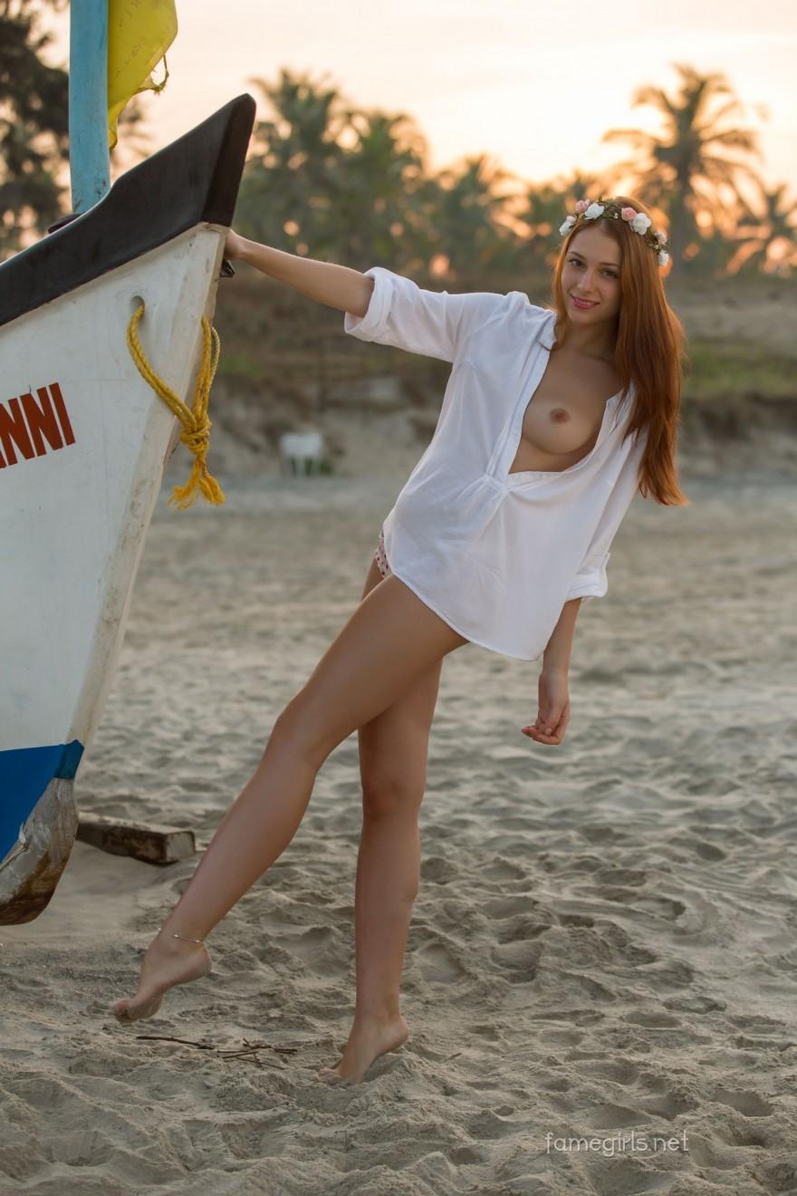 Интимные эро фото рыженькой девушки на песке