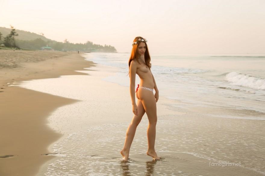 Эротичные интим фото рыжей девушки на пляже секс фото