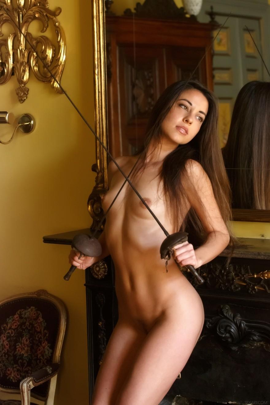 Хорошенькая порнуха голой Lorena со шпагой