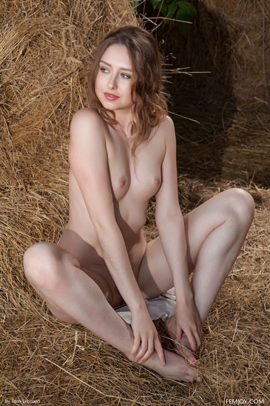 НЮ голой модели на сеновале смотреть эротику