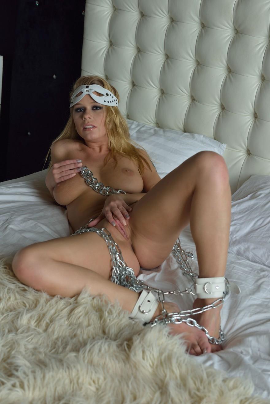 Фото голой модели в цепях секс фото