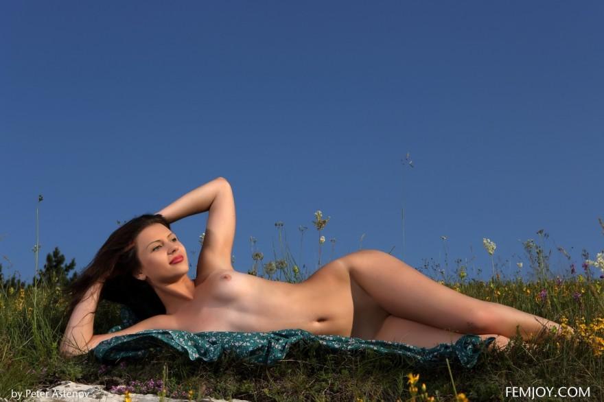 Худенькая голая девушка на природе