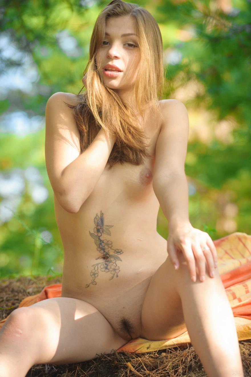 Обнаженная девушка на природе фото ню