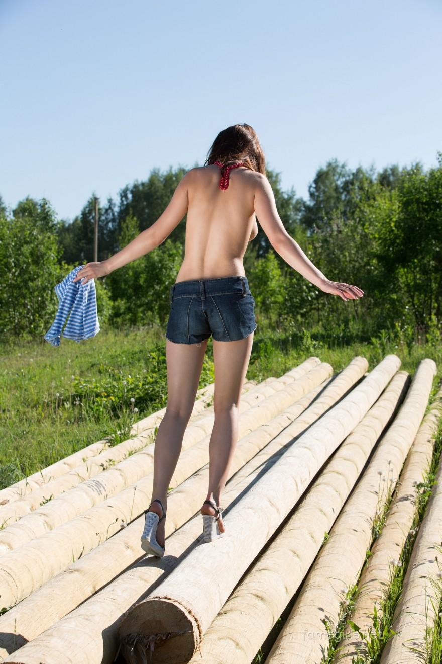 Эро фото раздетой чувихи на полянке
