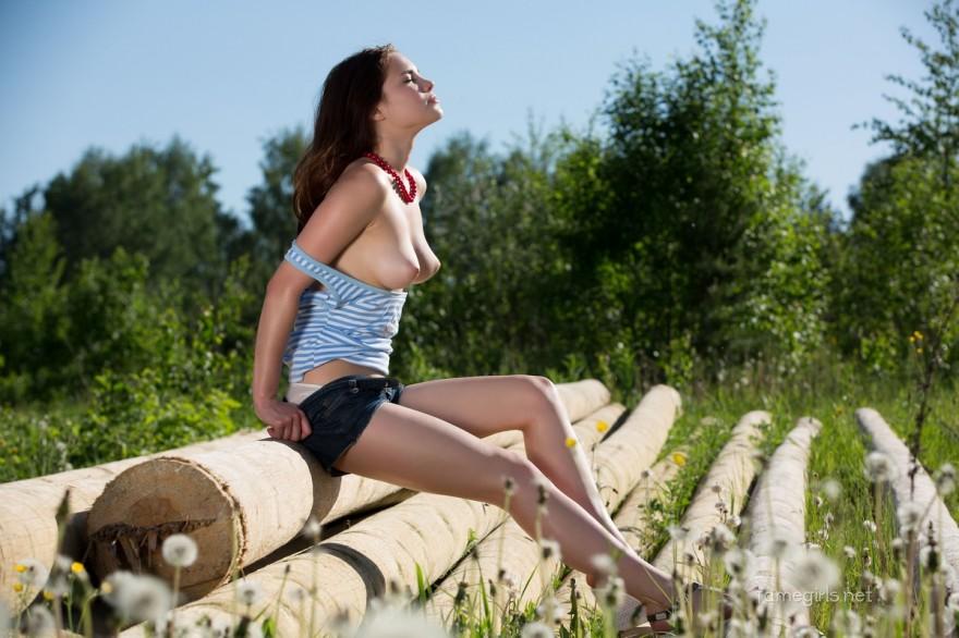 Фото ню голой девушки на полянке