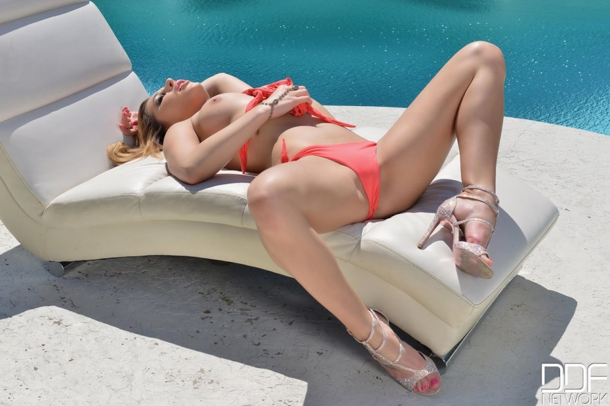 Блондинка ласкает киску возле бассейна