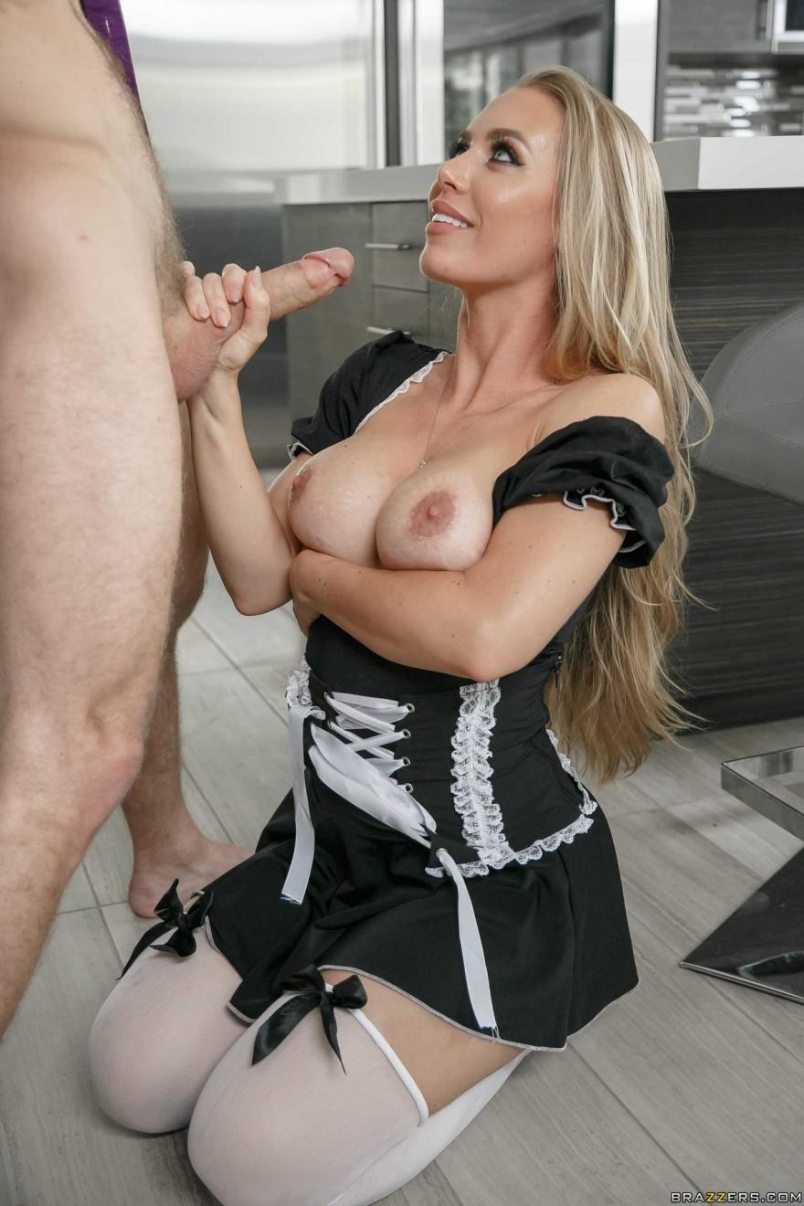 Сексуальная горничная трахается с хозяином на кухне