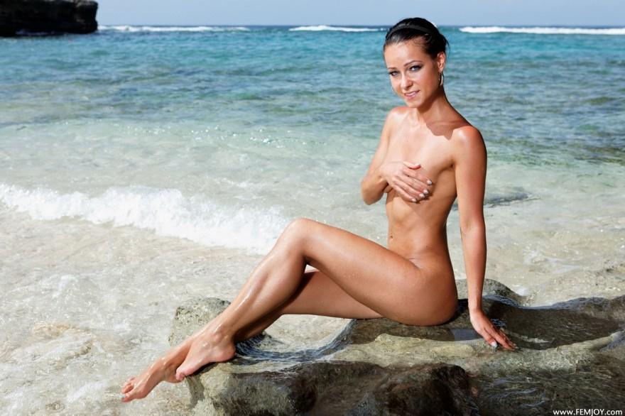 Милые фото смуглой брюнетки в море секс фото