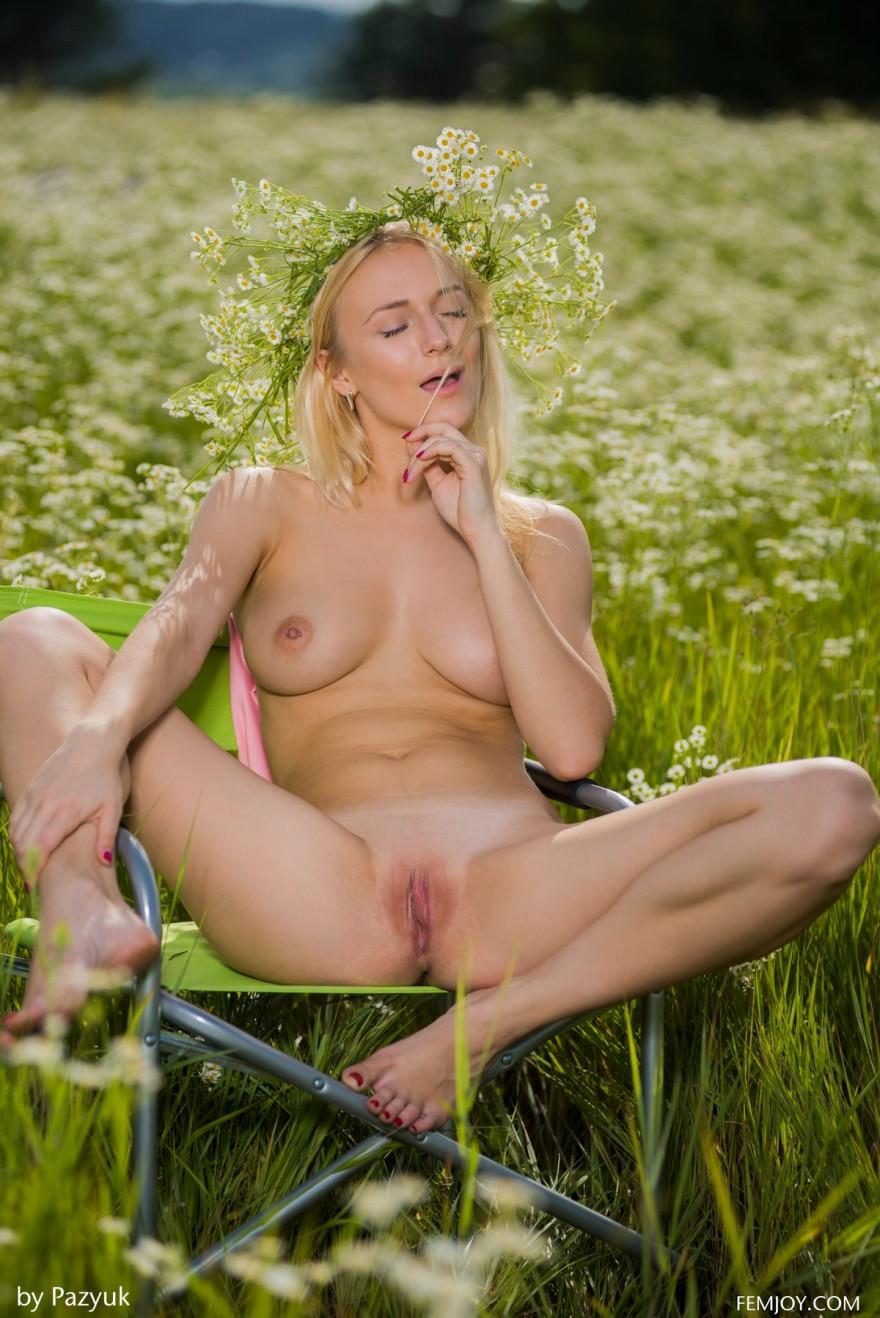 Лучшие секс фото обнаженной модели в поле