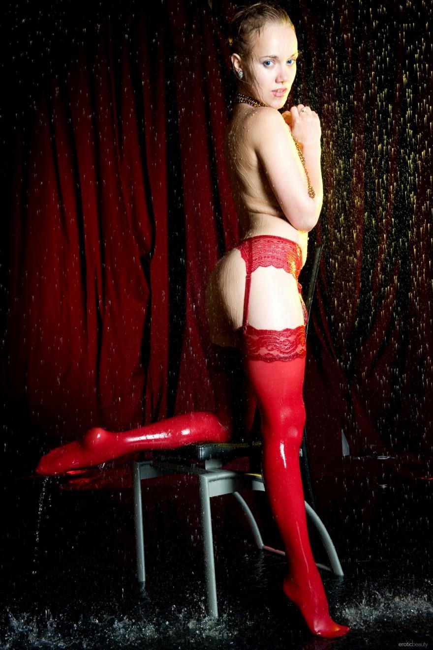Обнаженная мокрая блондинка в красных чулках