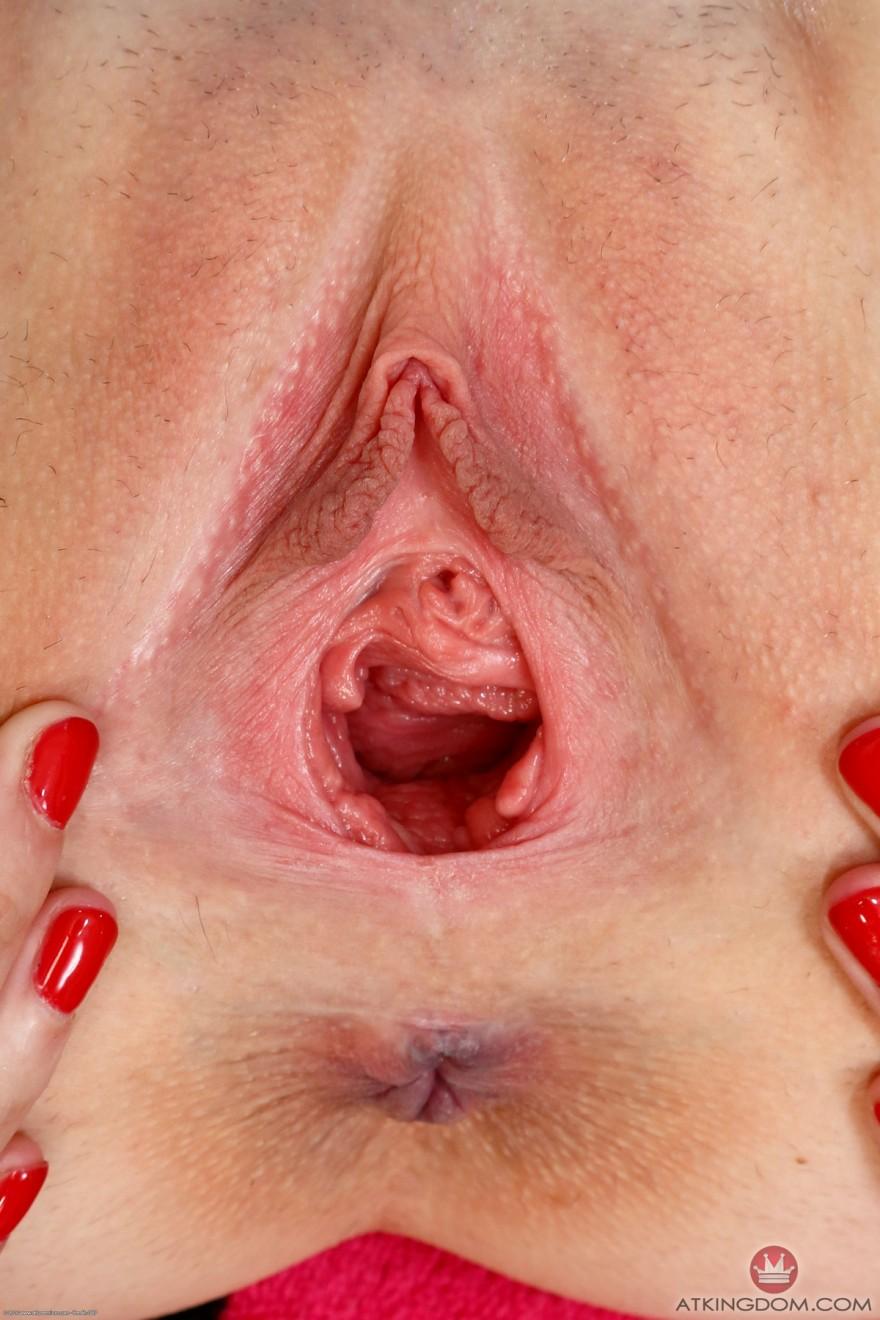 Женщина крупным планом показывает влагалище
