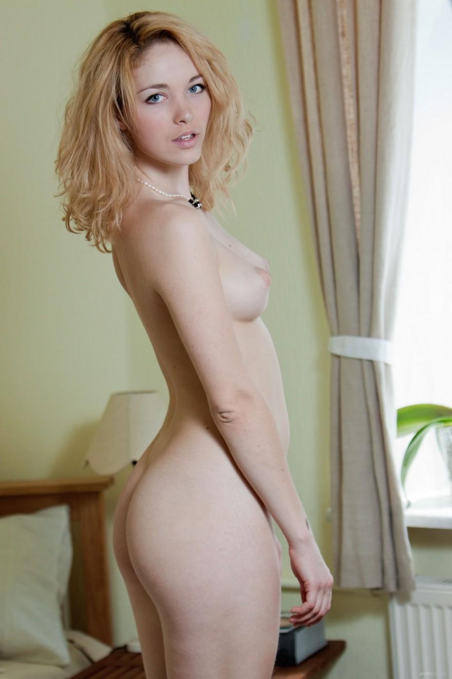 Блондинка в кружевном пеньюаре возле окна