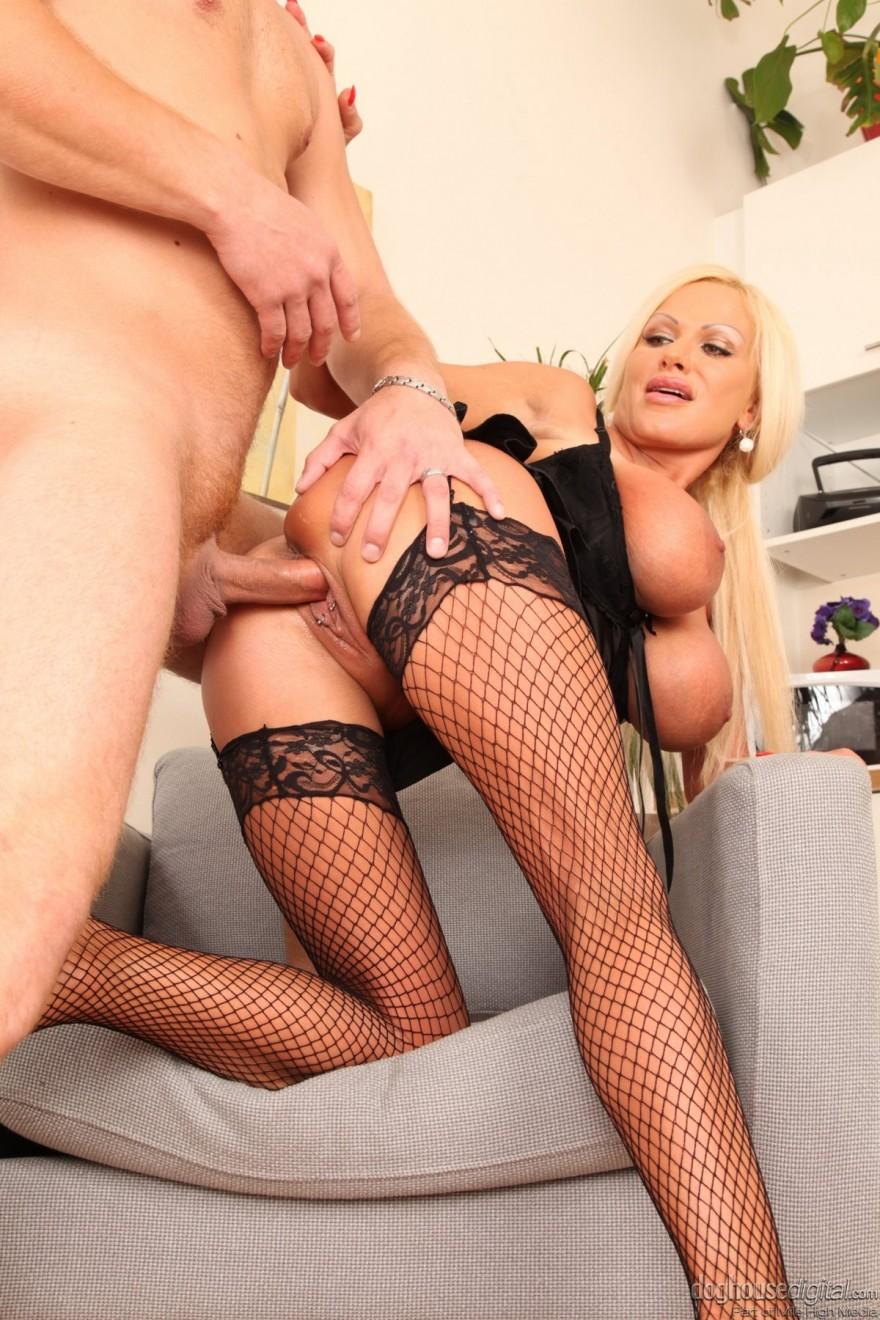 Опытная женщина занимается сексом с молодым парнем