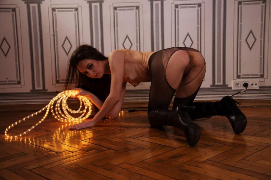 Барышня в рваных колготках на обнаженные груди секс фото