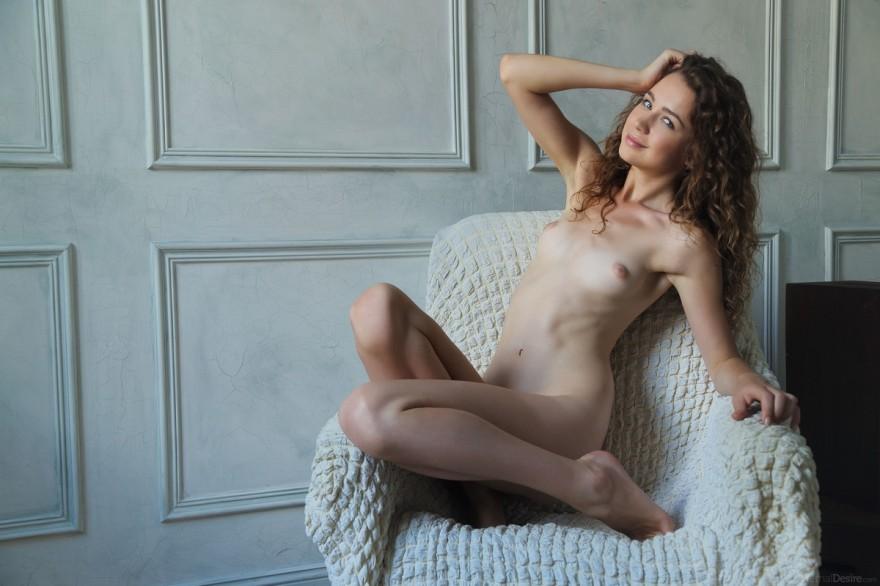 Молоденькая голая модель с клубком ниток