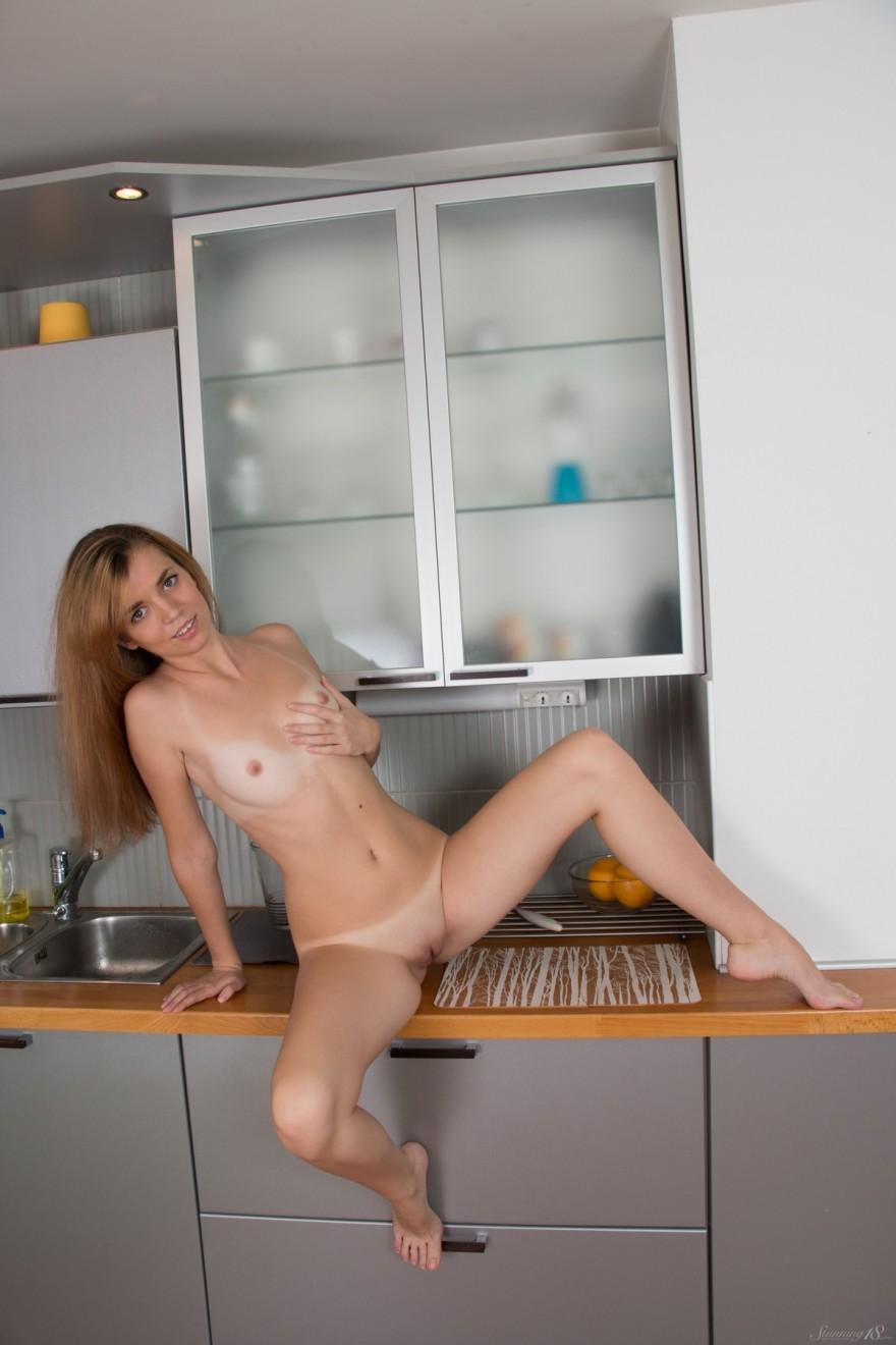 Блондинка с маленькими буферами стаскивает трусики на кухне смотреть эротику