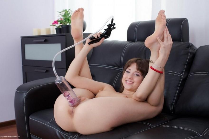 Молодая девушка с помпой и прозрачным фаллоимитатором