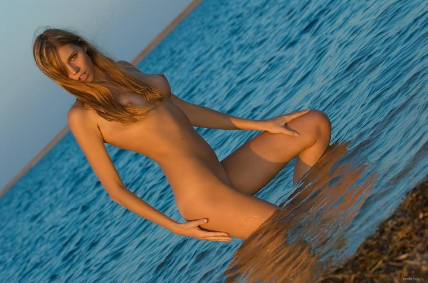 Блондиночка с длинными ножками голая в воде секс фото
