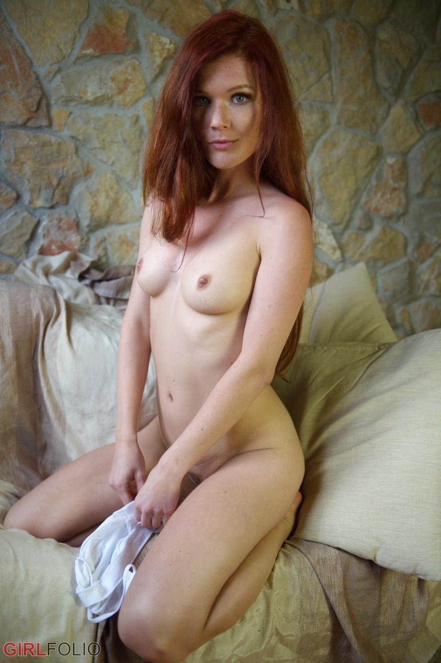 Легкая порнуха голой рыженькой рядом с окном