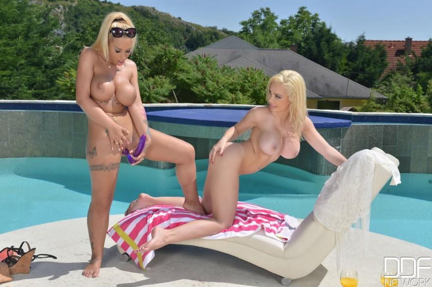 Две блондинки с силиконовыми дойками забавляются в бассейне