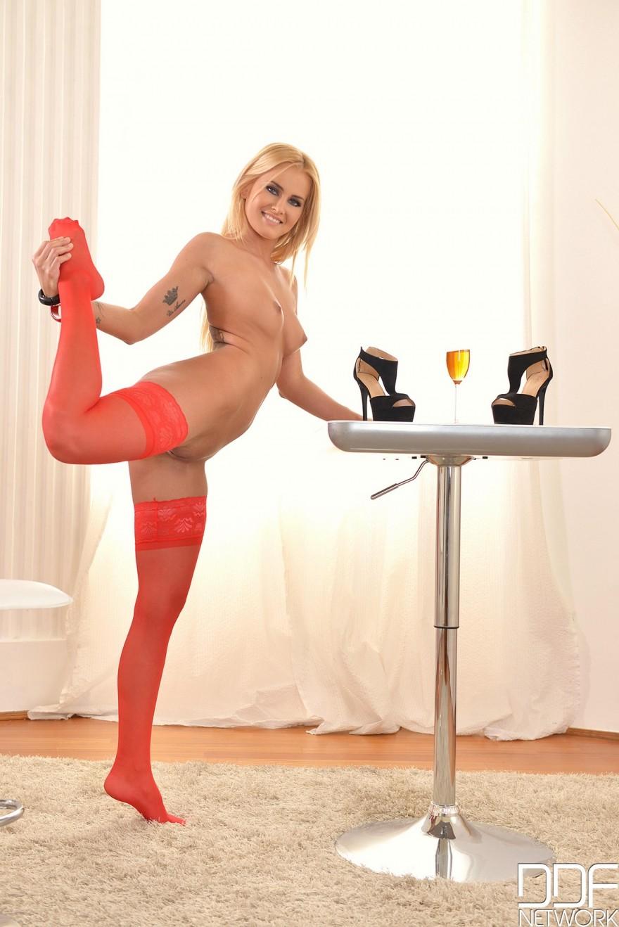 Крутая блонди Aisha в красных чулках