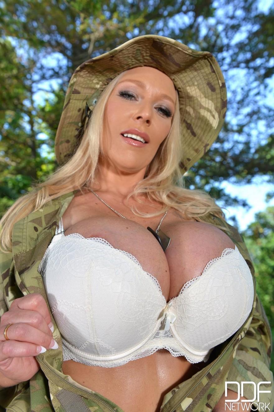 Блондинка с огромными дойками в военной форме