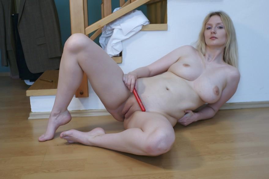 Пышногрудая модель со свелыми волосами дрочит на лестнице