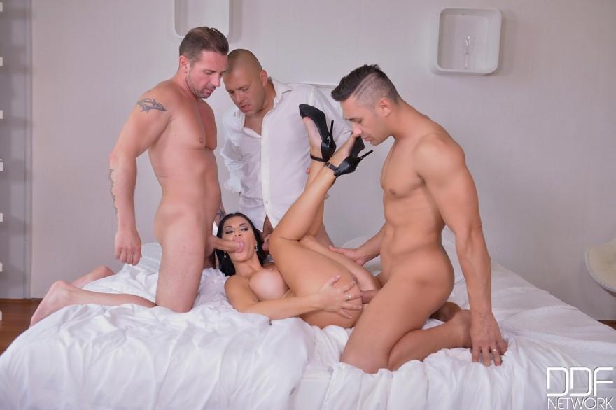 Брюнетка с силиконовой грудью участвует в секс-оргии