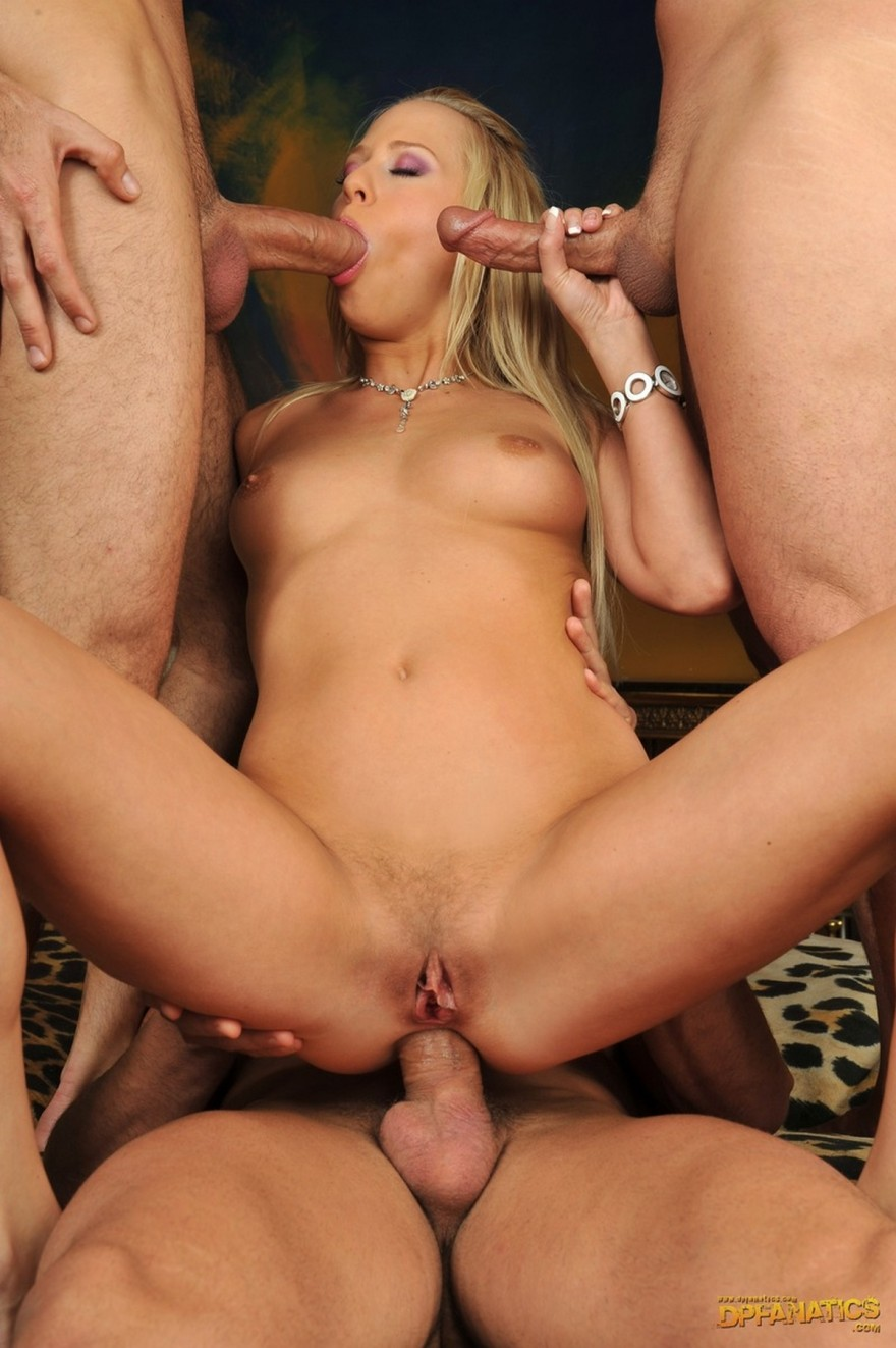 Групповой трах блондиночки с тремя юношами