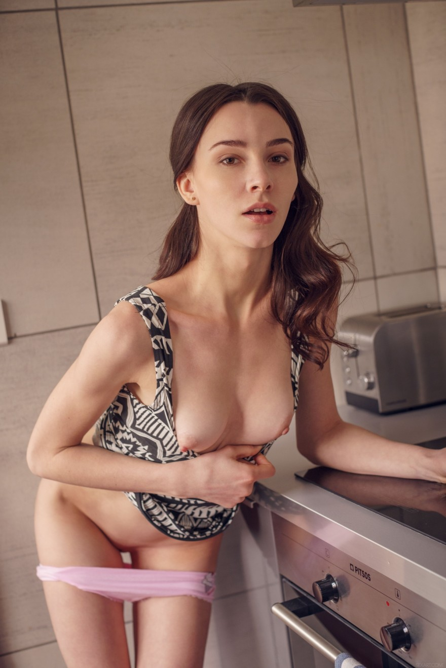 девушка с плоской грудью раздевается
