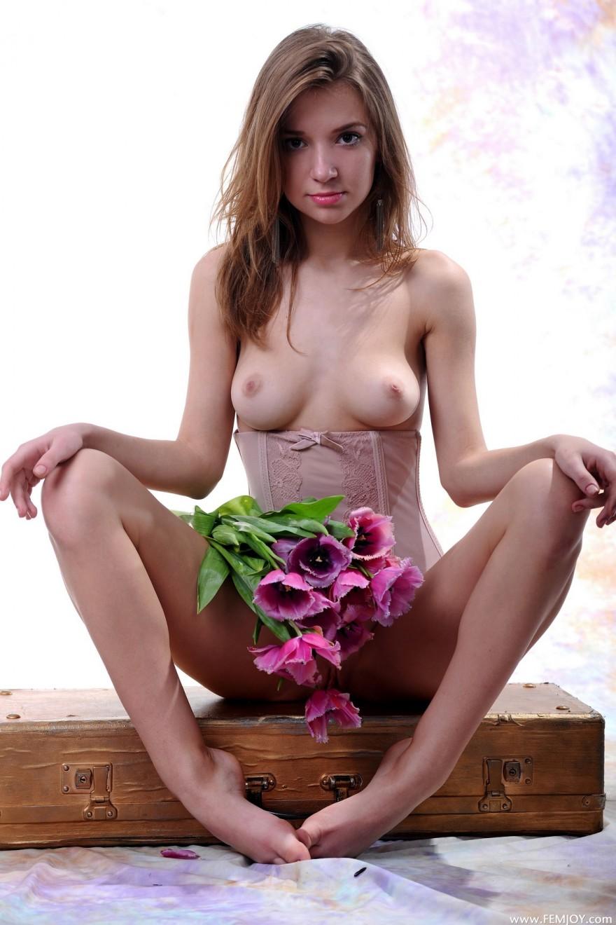 Голая девушка с букетом тюльпанов