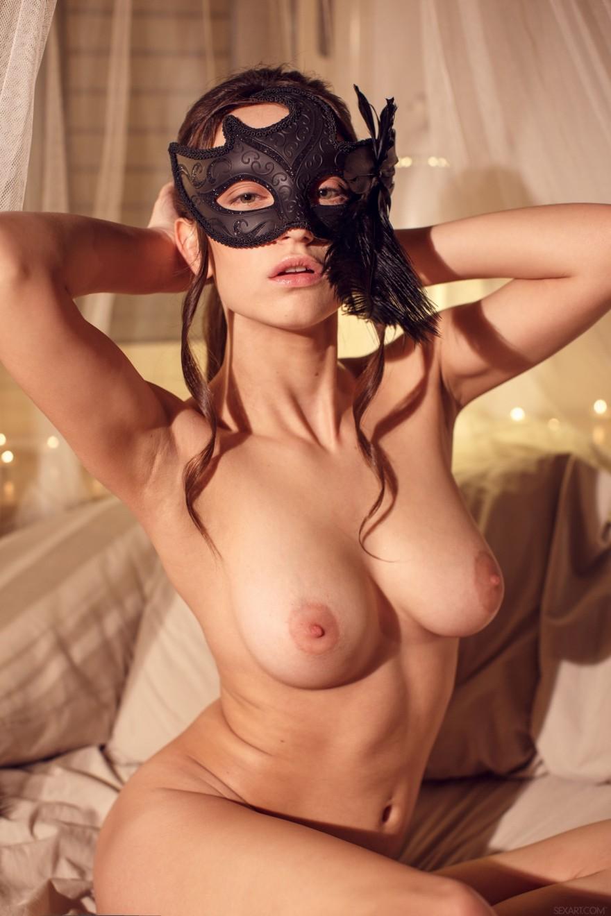Порнография симпатичной раздетой девахи в черной маске