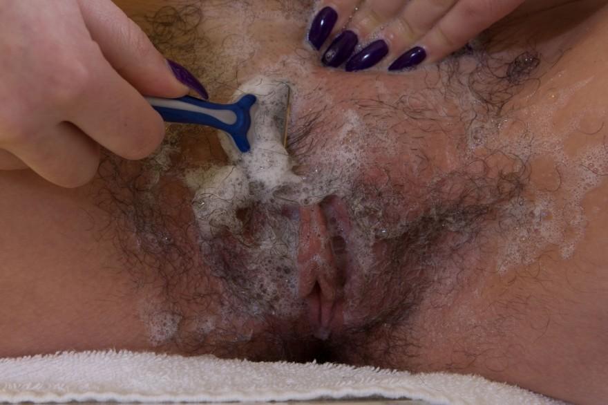 Девушка бреет интимные места в ванной