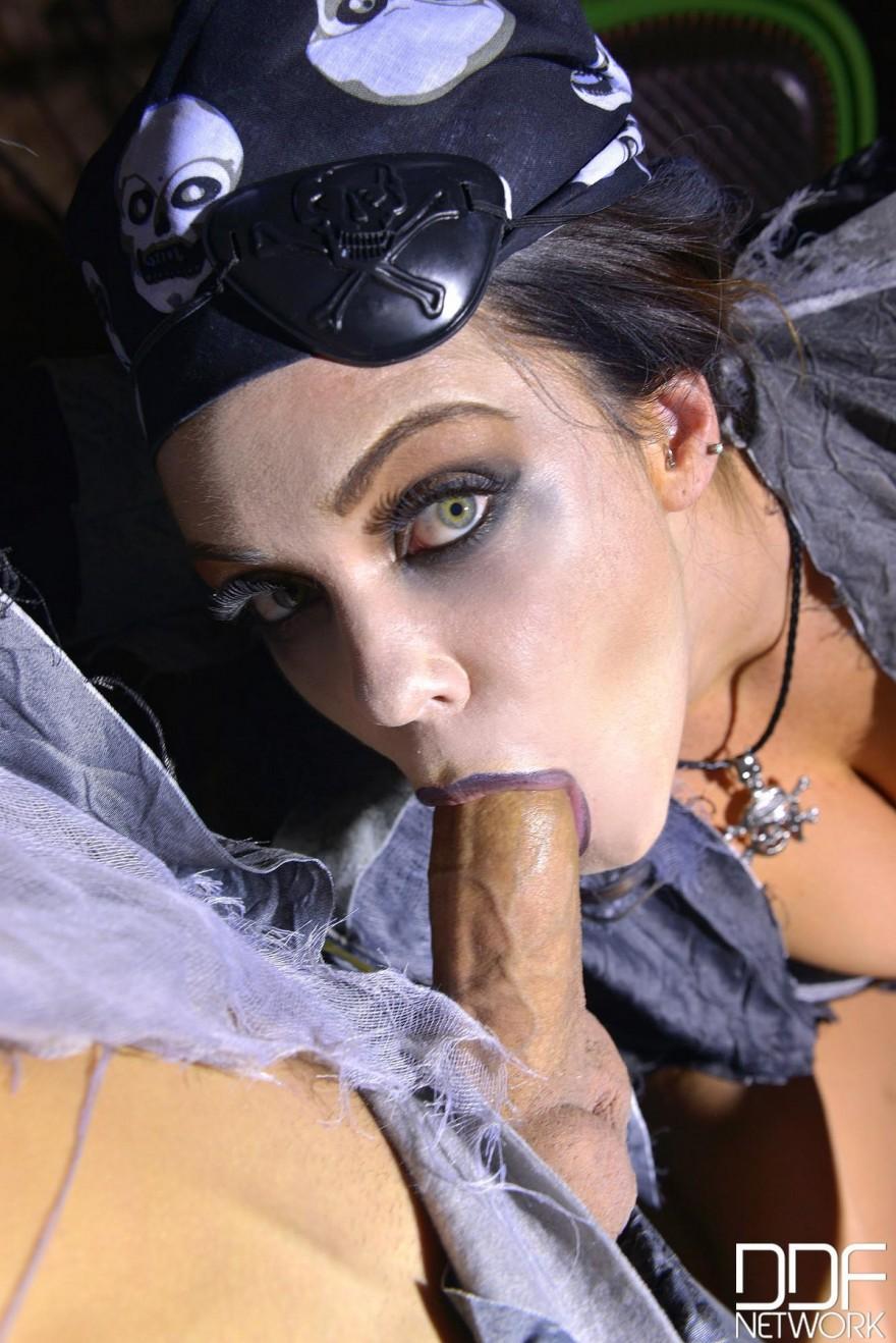 Зомби-секс в пещере на Хэллоуин