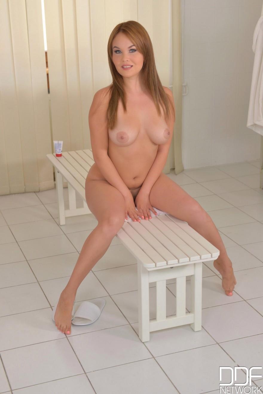 Красивая рыжая девушка голая в раздевалке » Смотреть порно фото ...