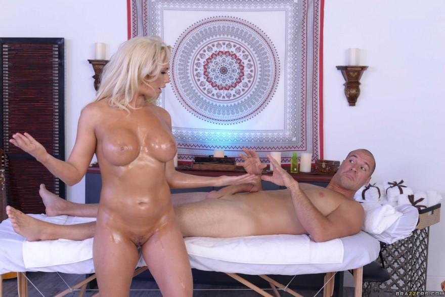 Блондинка делает массаж своим шикарным телом