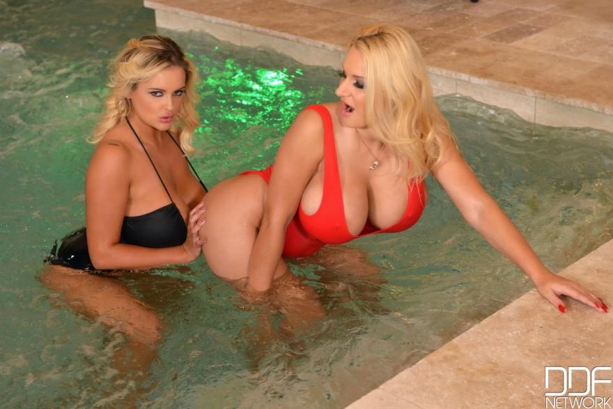 Блондинки с большими грудями купаются в бассейне