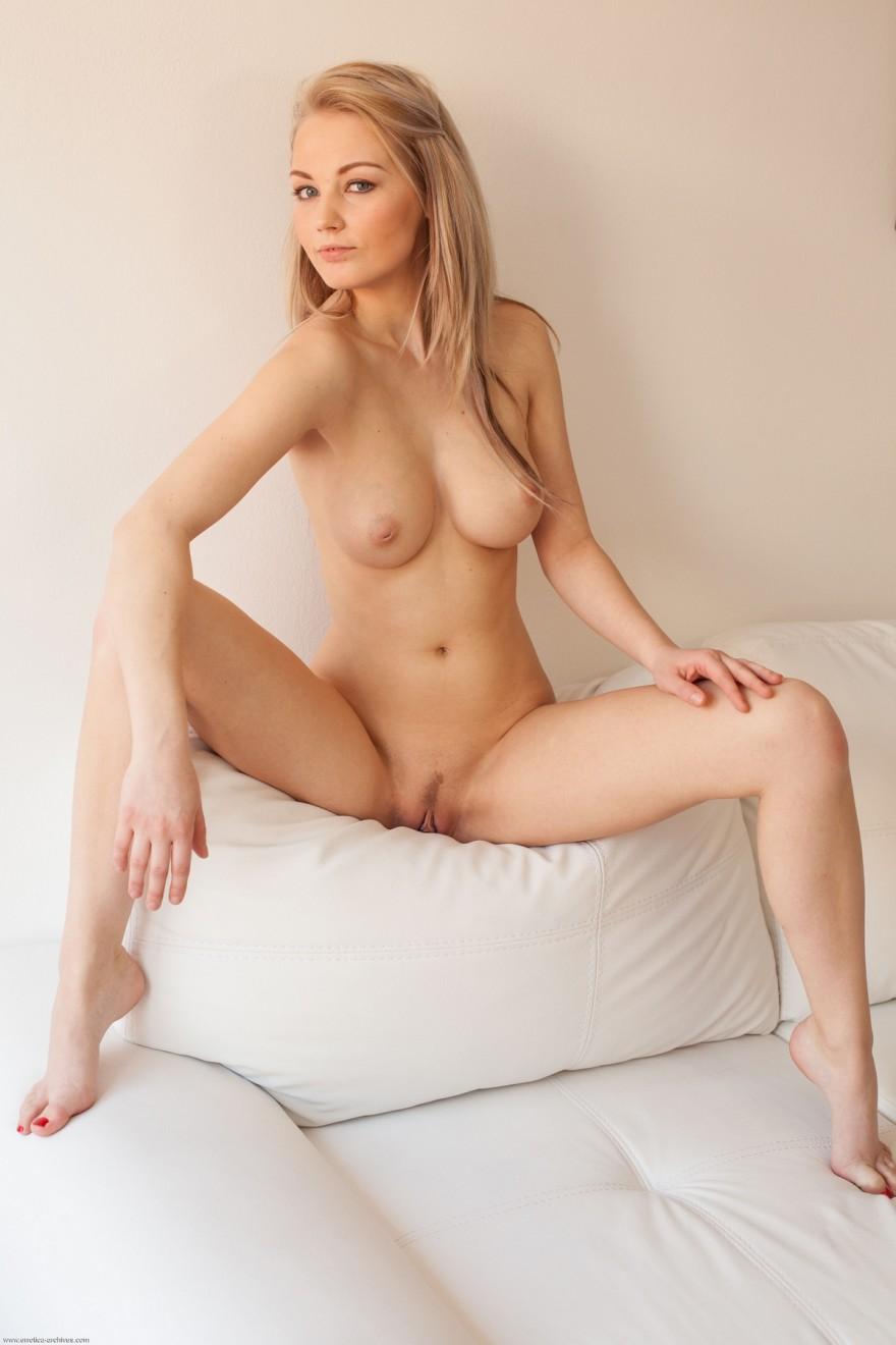 Голая чика играется с блестящим медальоном секс фото