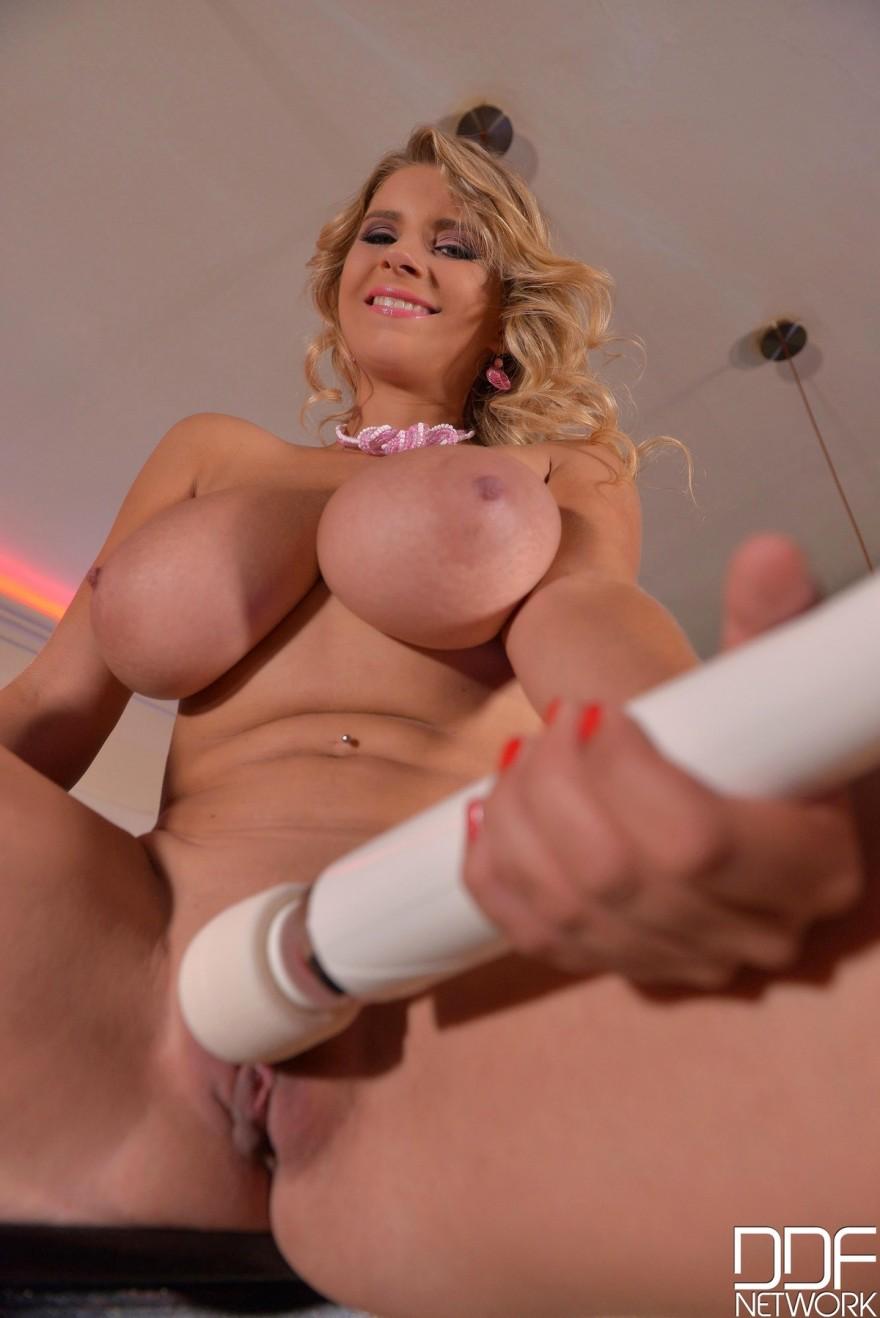 Сисястая блонди с крупным вибратором