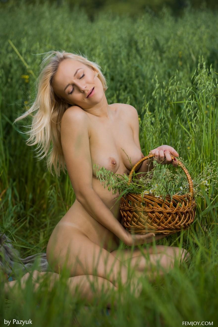Изящные фото интим блондиночки в поле