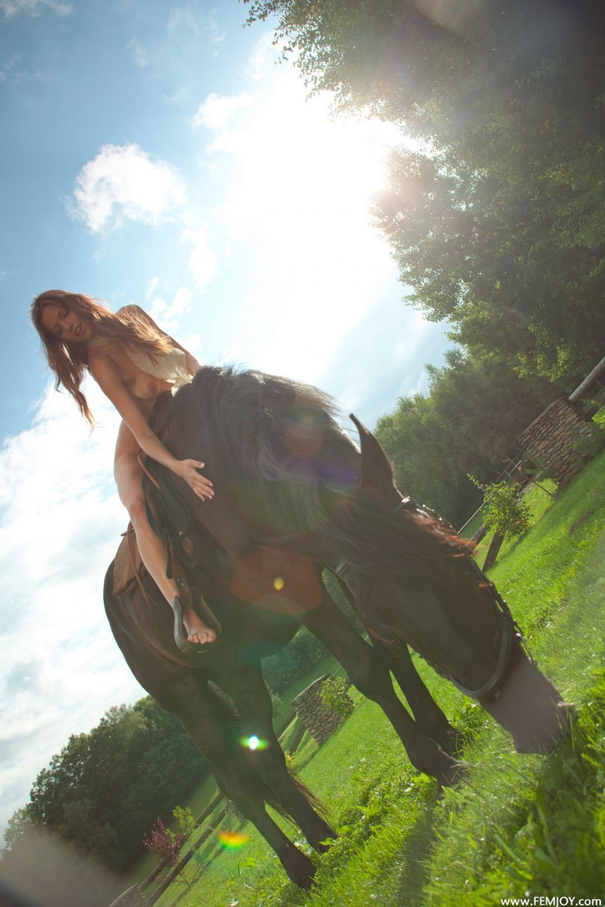 НЮ обнаженной девушки на лошади